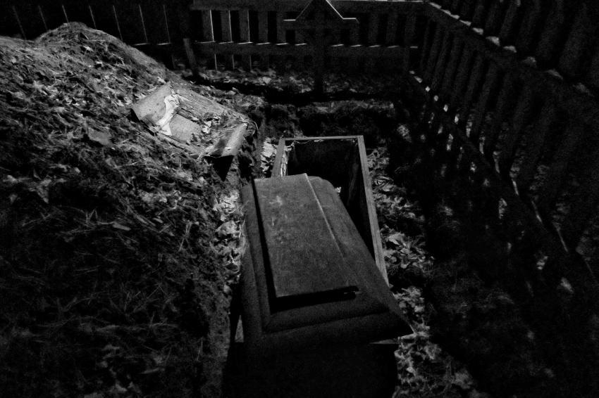 https://cf.ltkcdn.net/paranormal/images/slide/245971-850x566-open-coffin-in-graveyard.jpg