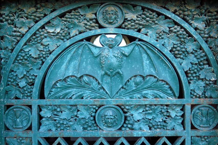 https://cf.ltkcdn.net/paranormal/images/slide/245973-850x566-metal-bat-sculpture.jpg