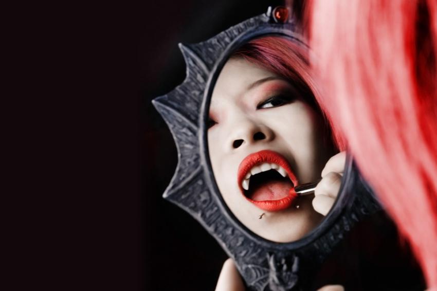 https://cf.ltkcdn.net/paranormal/images/slide/245974-850x566-Vampire-in-mirror.jpg