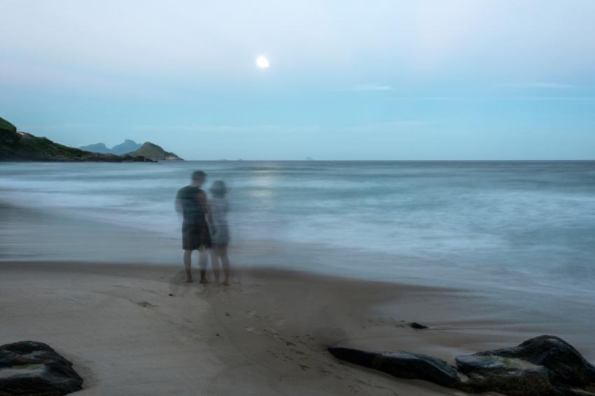 https://cf.ltkcdn.net/paranormal/images/slide/246032-850x566-ghost-couple-on-beach.jpg