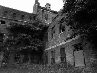 https://cf.ltkcdn.net/paranormal/images/slide/10966-800x600-Abandoned-asylum-2.jpg