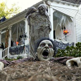 https://cf.ltkcdn.net/paranormal/images/slide/240134-850x850-12-spooky-front-yard.jpg
