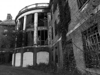 https://cf.ltkcdn.net/paranormal/images/slide/240208-850x638-abandoned_asylum_1.jpg