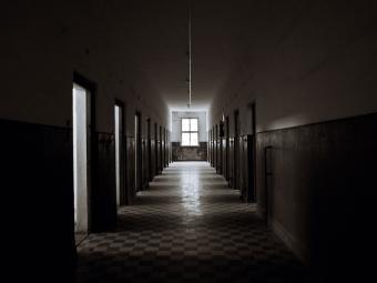 https://cf.ltkcdn.net/paranormal/images/slide/240218-850x638-hallway-in-abandoned-building.jpg