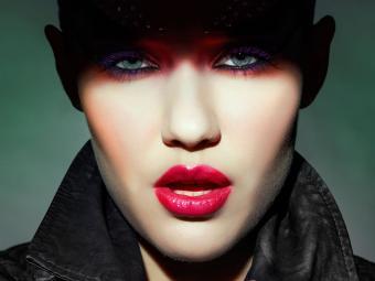 https://cf.ltkcdn.net/paranormal/images/slide/240223-850x638-woman-wearing-gothic-makeup.jpg