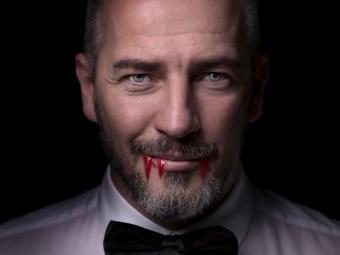 https://cf.ltkcdn.net/paranormal/images/slide/240224-850x638-male-vampire-with-blood-on-lips.jpg