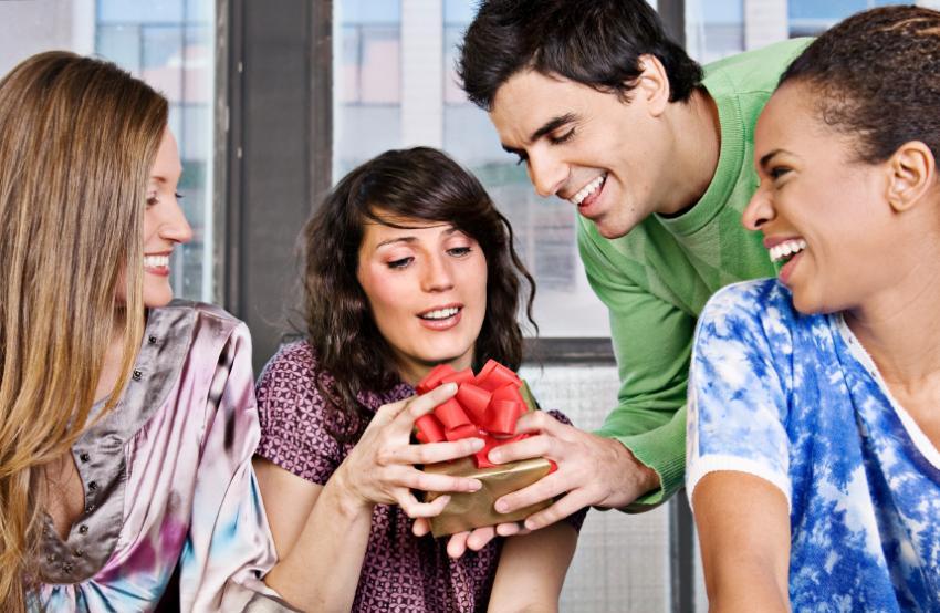 https://cf.ltkcdn.net/party/images/slide/105663-850x554-GiftGiving.jpg