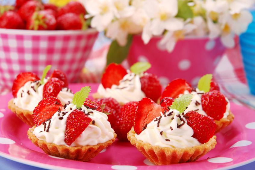 https://cf.ltkcdn.net/party/images/slide/105843-847x567-Strawberry_Whipped_Cream_Tarts.jpg