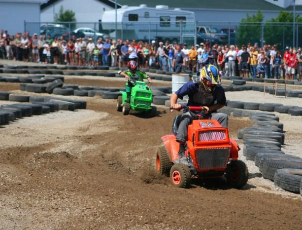 https://cf.ltkcdn.net/party/images/slide/105904-595x454-LawnMowerRace.jpg