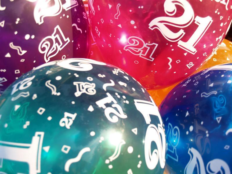 https://cf.ltkcdn.net/party/images/slide/162563-800x600r1-21-balloons.jpg