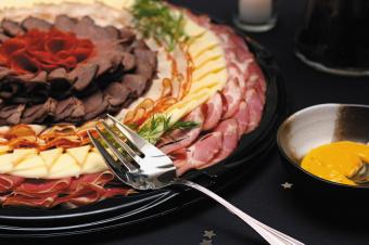 https://cf.ltkcdn.net/party/images/slide/105706-849x565-Meat-and-Cheese-Tray.jpg