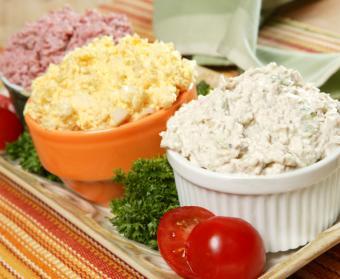 https://cf.ltkcdn.net/party/images/slide/105837-765x627-Chicken_Egg_Ham_Salads.jpg