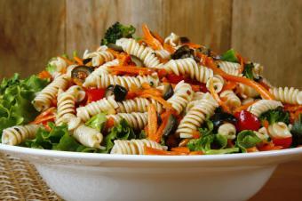 https://cf.ltkcdn.net/party/images/slide/105840-849x565-Pasta_Veggie_Salad.jpg