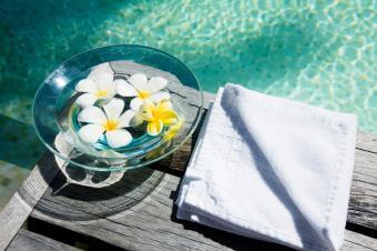 https://cf.ltkcdn.net/party/images/slide/105877-849x565-Swimming_Pool_Flower_Centerpiece.jpg
