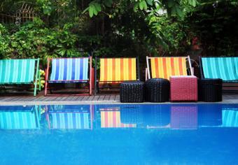 https://cf.ltkcdn.net/party/images/slide/105878-831x578-Swimming_Pool_Seating.jpg