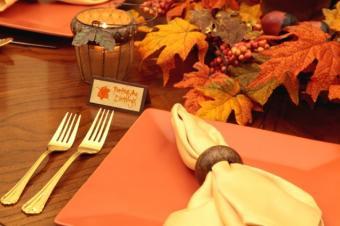 https://cf.ltkcdn.net/party/images/slide/105931-637x424-ThanksgivingTableSetting3.jpg