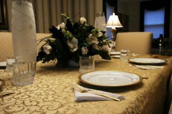 https://cf.ltkcdn.net/party/images/slide/131432-637x424r1-Elegant-Flower-Centerpiece.jpg