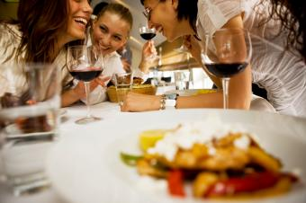 https://cf.ltkcdn.net/party/images/slide/162603-849x565r1-Dinner-with-friends.jpg