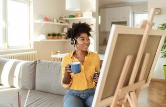woman at virtual paint and sip party