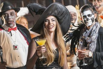 https://cf.ltkcdn.net/party/images/slide/281437-850x567-1-vampire-witch-skeleton.jpg