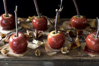 https://cf.ltkcdn.net/party/images/slide/281442-850x567-6-caramel-apples.jpg