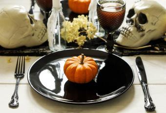 https://cf.ltkcdn.net/party/images/slide/281525-850x579-10-gothic-dinner-setting.jpg
