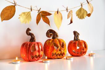 https://cf.ltkcdn.net/party/images/slide/281556-850x567-21-fall-leaves-garland.jpg