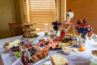 https://cf.ltkcdn.net/party/images/slide/281558-850x567-22-skeleton-buffet-table.jpg