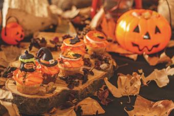 https://cf.ltkcdn.net/party/images/slide/281571-850x567-25-halloween-orange-theme-table.jpg