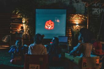 https://cf.ltkcdn.net/party/images/slide/281575-850x566-27-halloween-movie-outside.jpg