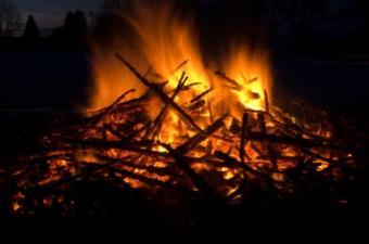 How to Throw a Beach Bonfire Party