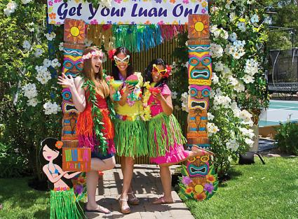 Luau party decorations lovetoknow for Hawaiin decorations