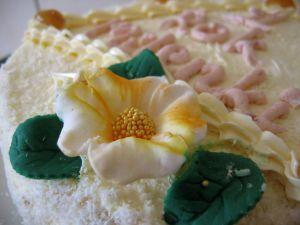 Birthday_cake_with_flower.jpg