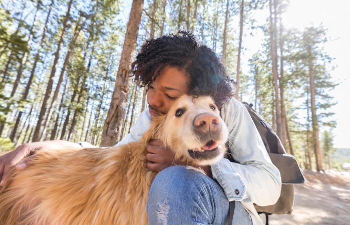 hombre abraza a su adorable perro