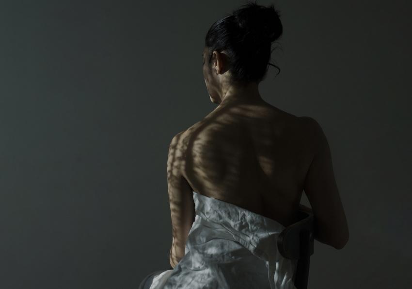 https://cf.ltkcdn.net/photography/images/slide/256785-850x595-12_woman_pose_low_light.jpg