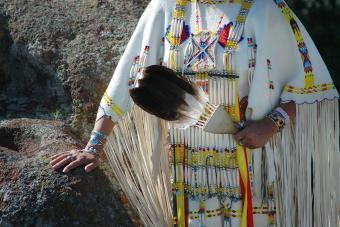 https://cf.ltkcdn.net/photography/images/slide/234887-850x567-5-Native-Commanche-Dress.jpg