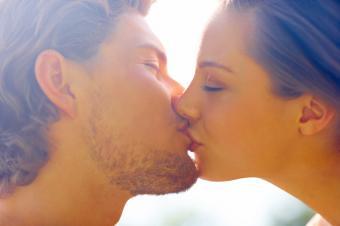 https://cf.ltkcdn.net/photography/images/slide/62574-849x565-Kissing-Couple.jpg