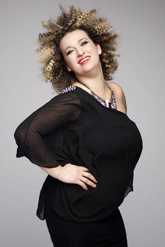 https://cf.ltkcdn.net/plussize/images/slide/166509-567x850-plus-size-woman-confident.jpg