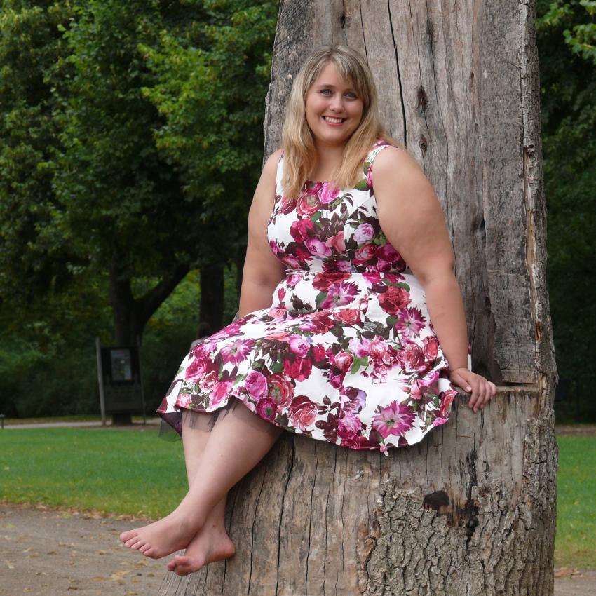 https://cf.ltkcdn.net/plussize/images/slide/213650-850x850-Woman-Sitting-On-Tree.jpg