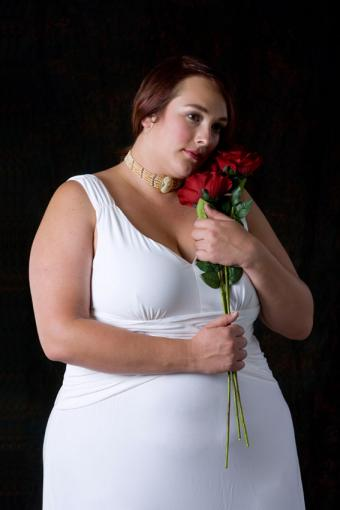 https://cf.ltkcdn.net/plussize/images/slide/166539-567x850-plus-size-woman-bridal-attire.jpg