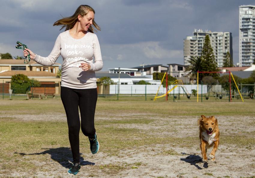 https://cf.ltkcdn.net/pregnancy/images/slide/251516-850x595-3_Woman_casual_run_dog.jpg
