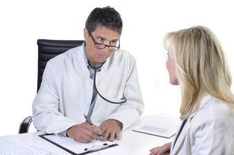Doctor talking with patient; © Matthias Ziegler | Dreamstime.com