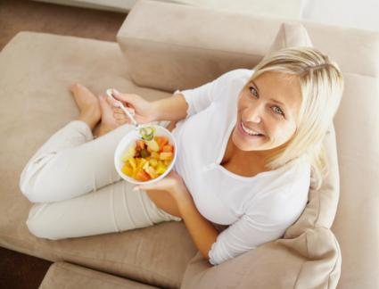 17-weeks-pregnant woman eating healthy food