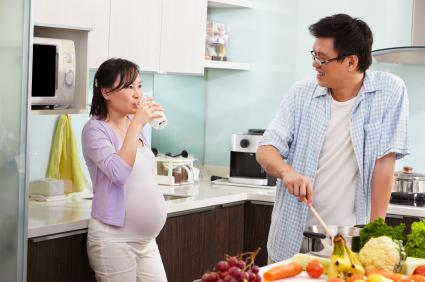 Pregnant couple preparing dinner