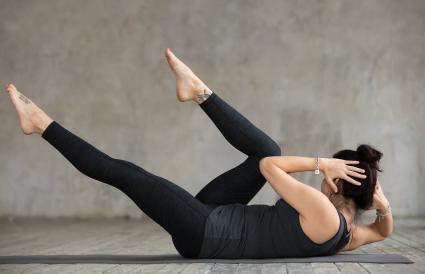 woman doing crisscross exercise