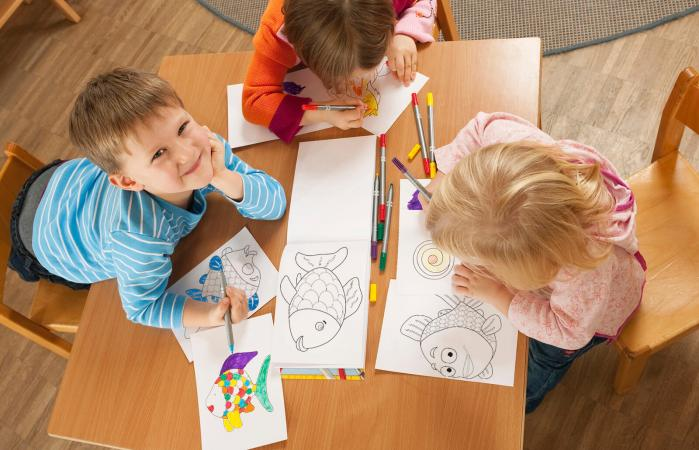 Children drawing pictures