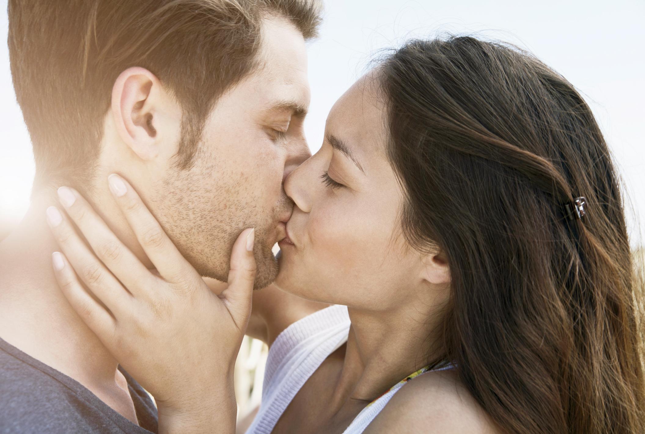 30 tips para dar los besos más sensuales | LoveToKnow