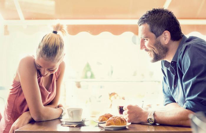 Pareja joven en una conversación romántica
