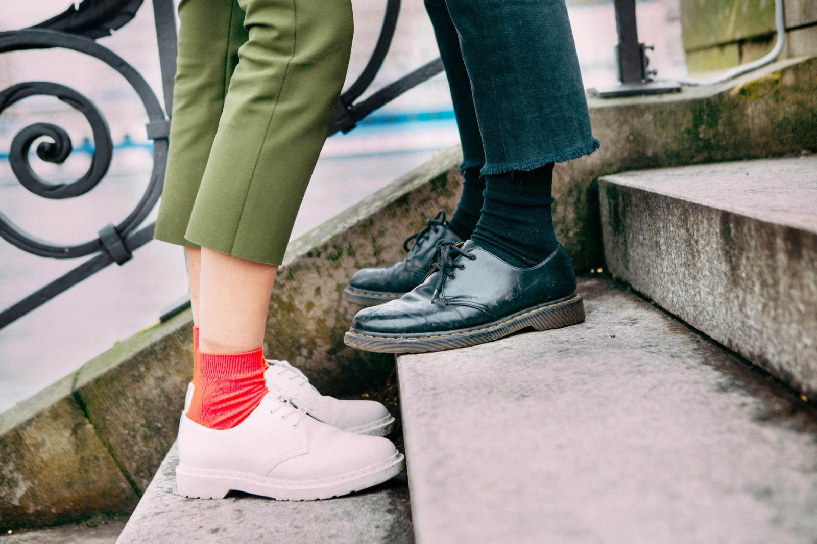Una pareja en unos escalones