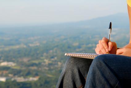 Persona escribiendo carta